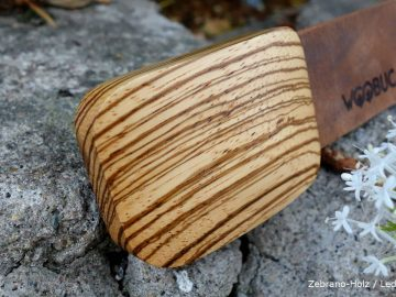 Zebranoholz mit braunem Lederguertel Holzguertel auf Mauerresten