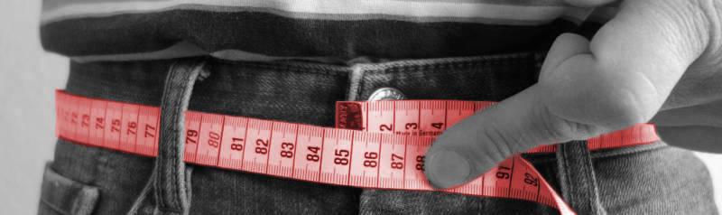 Massband auf Jeans um Gürtel Größe bei Herren zu messen
