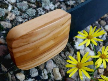 Olivenholz mit schwarzem Lederguertel Holzguertel auf Steinen